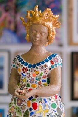 Skulptur bunte Frau Heilpraktikerin Wagensommer
