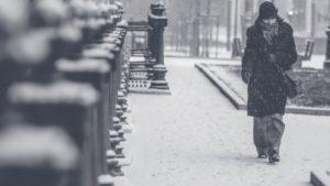 Frau in kalter, trostloser Umgebung - Naturheilpraxis N. Wagensommer